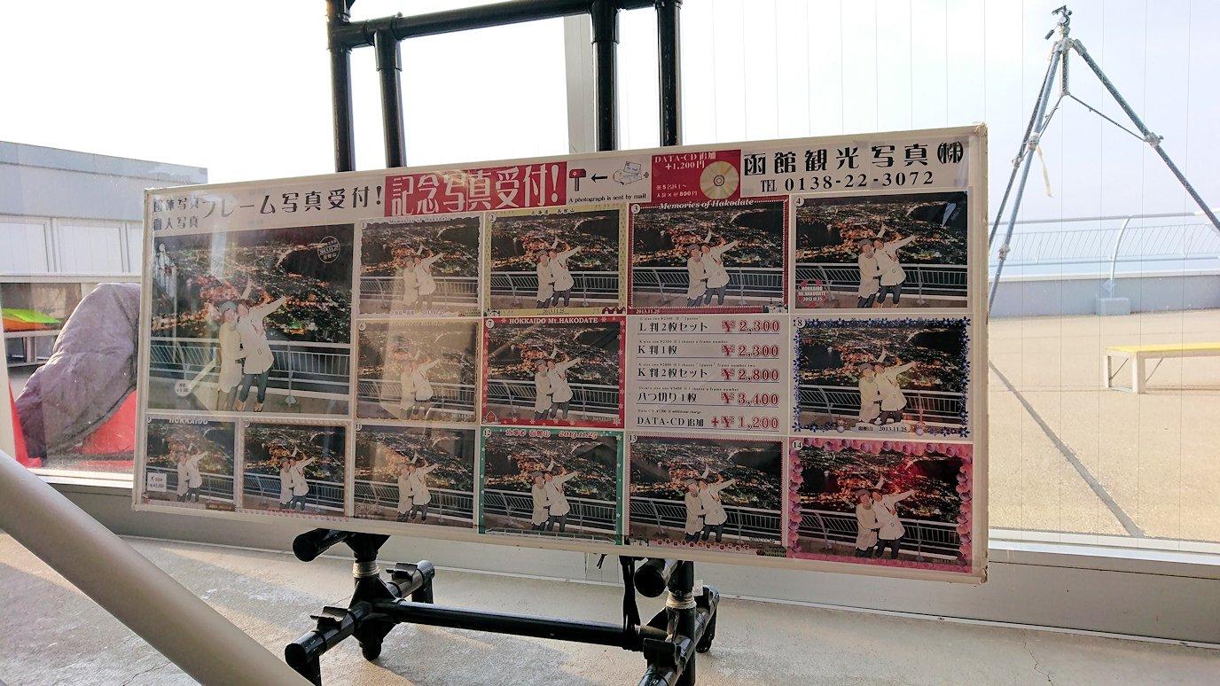 函館市内の函館山ロープウェイで頂上に到着し展望デッキに向かう6