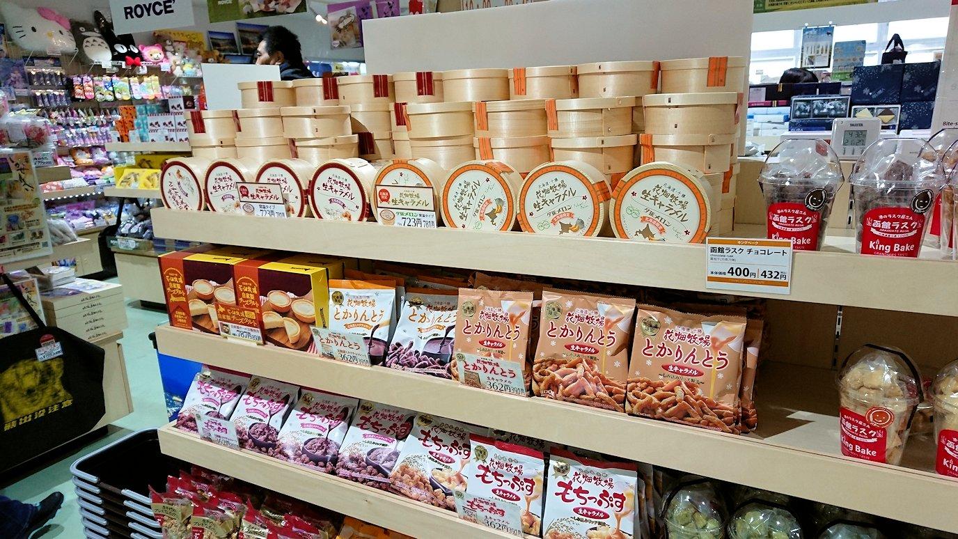 函館市内の函館山ロープウェイで頂上に到着しお土産物を物色4