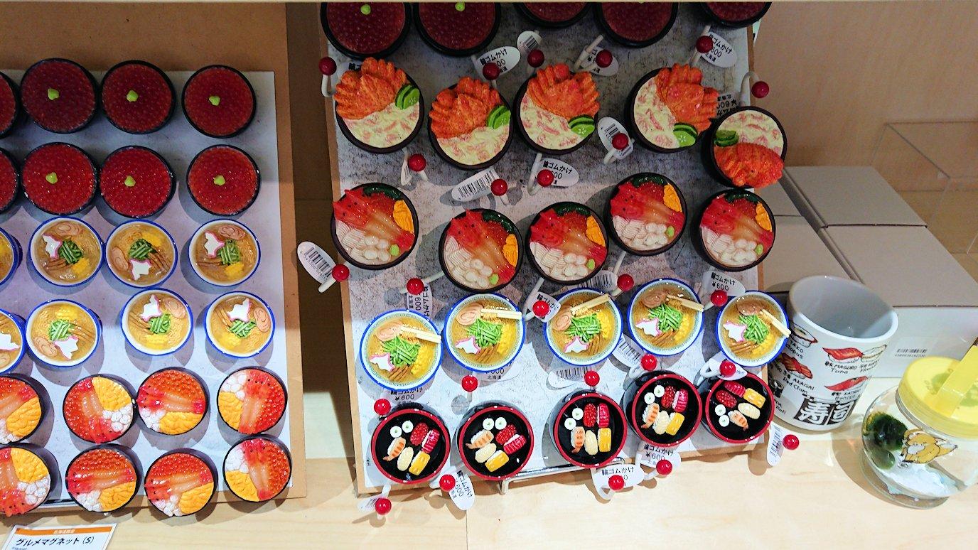 函館市内の函館山ロープウェイで頂上に到着しお土産物を物色して時間を潰す5