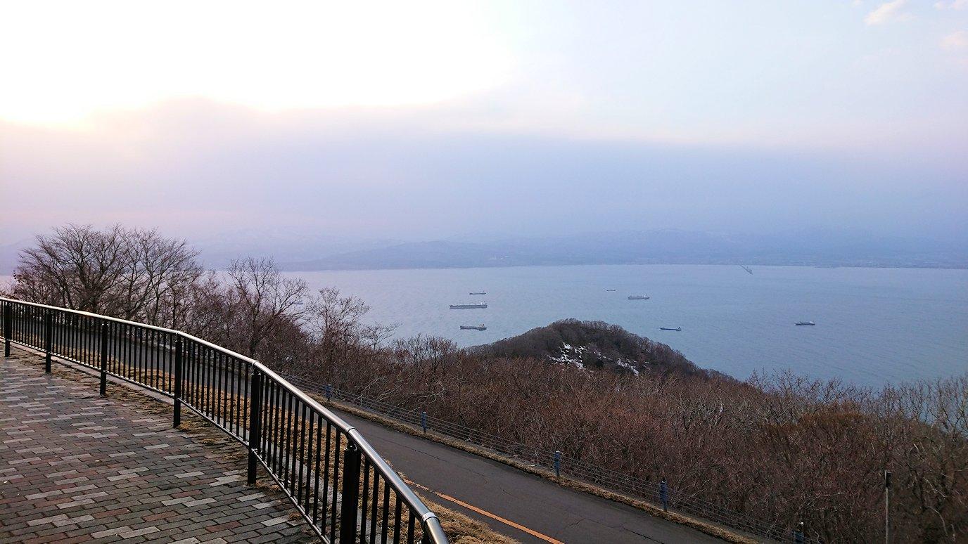 函館市内の函館山の頂上で夕暮れを待つ途中4