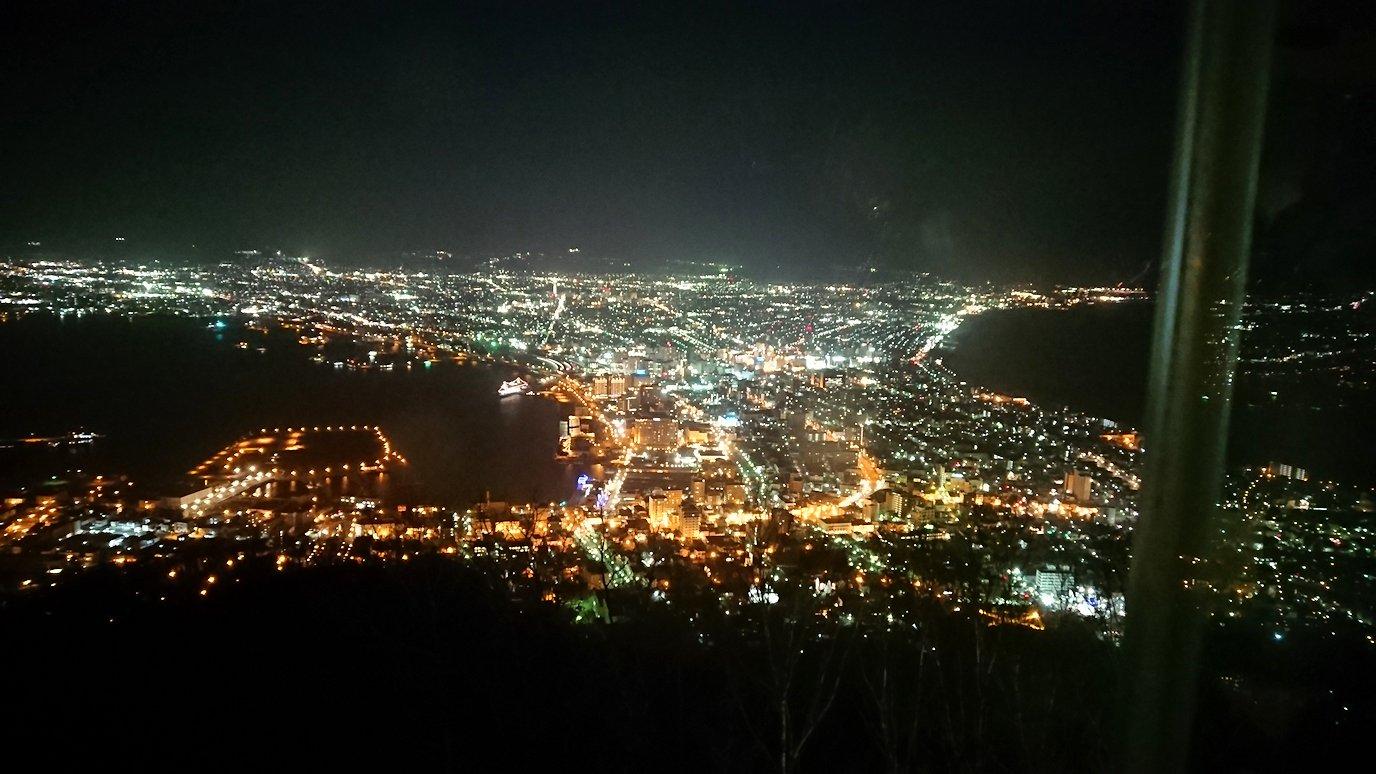 函館市内の函館山の頂上で夜景を楽しんだ1