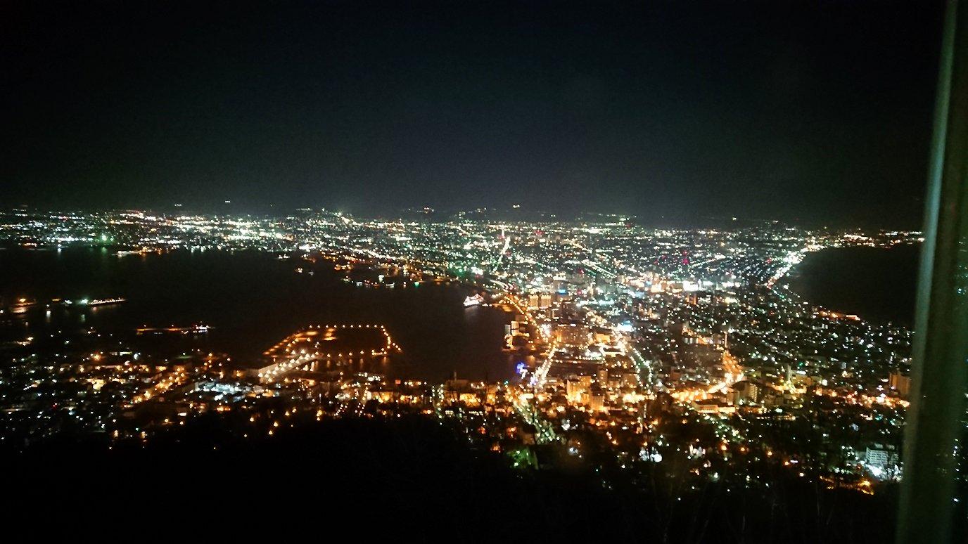 函館市内の函館山の頂上で夜景を楽しんだ2