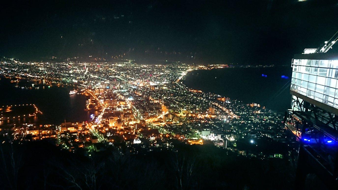 函館市内の函館山の頂上で夜景を楽しんだ6