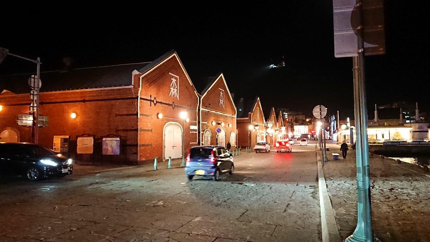 函館市内の函館山の頂上で夜景を見た後、金森赤レンガ倉庫辺りを歩く2