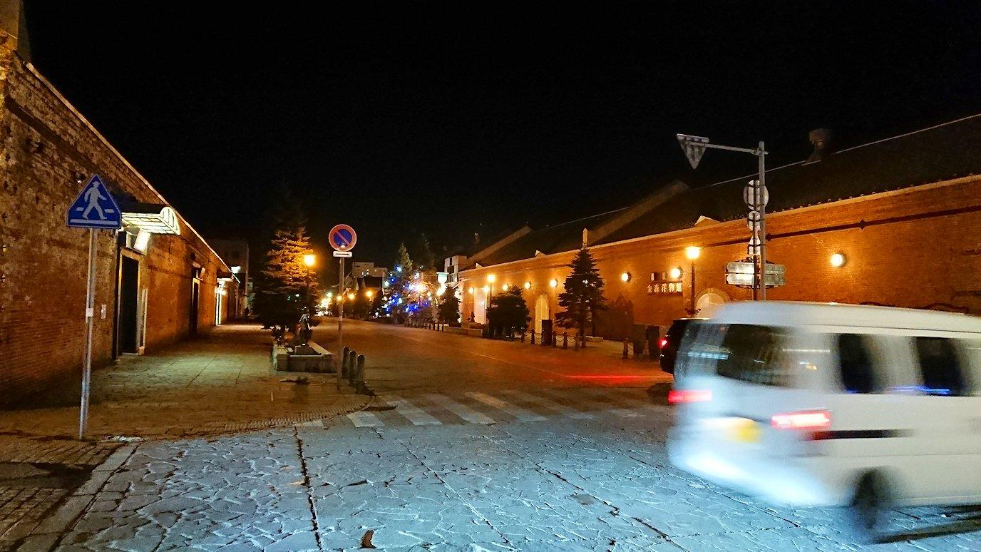 函館市内の函館山の頂上で夜景を見た後、金森赤レンガ倉庫辺りを歩く3