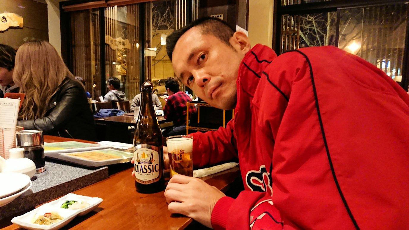 函館市内の金森赤レンガ倉庫辺りで晩御飯を食べる3