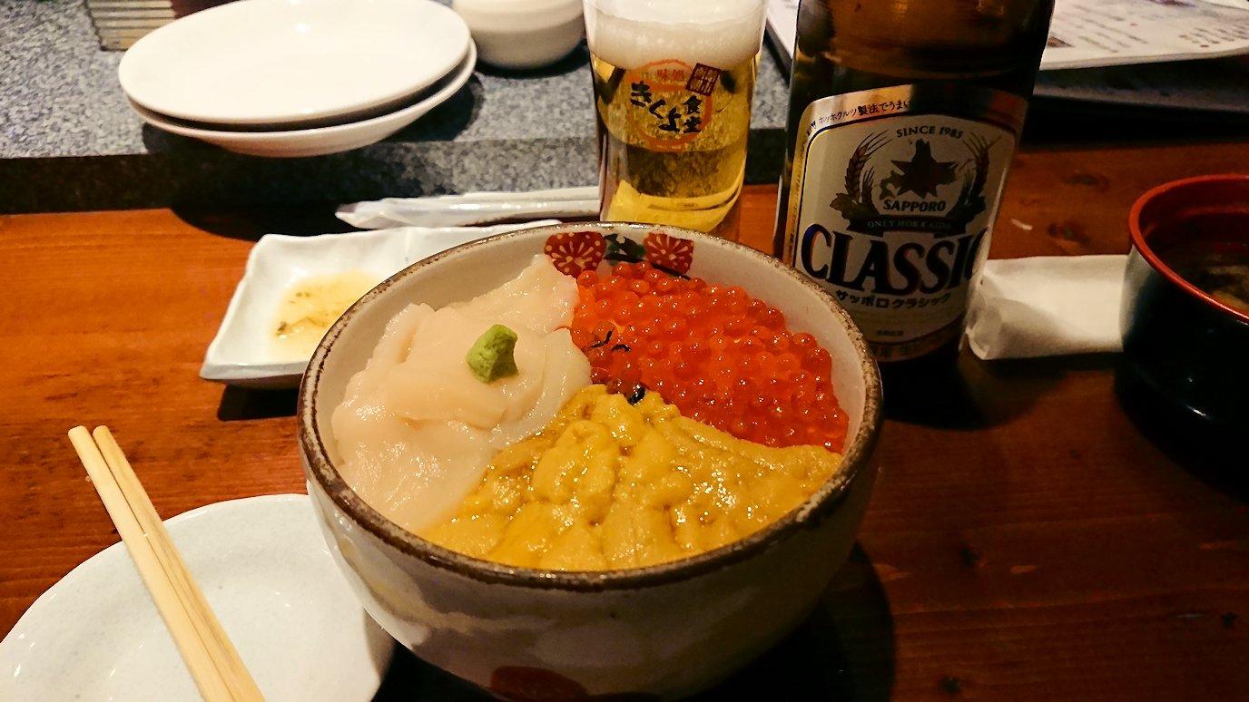 函館市内の金森赤レンガ倉庫辺りで晩御飯を食べる4