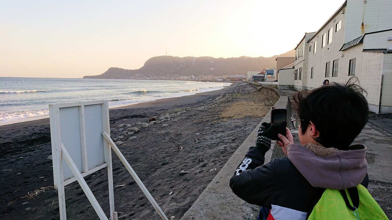 函館市内で五稜郭の見学を終えてホテル周辺の海沿いを散策する2