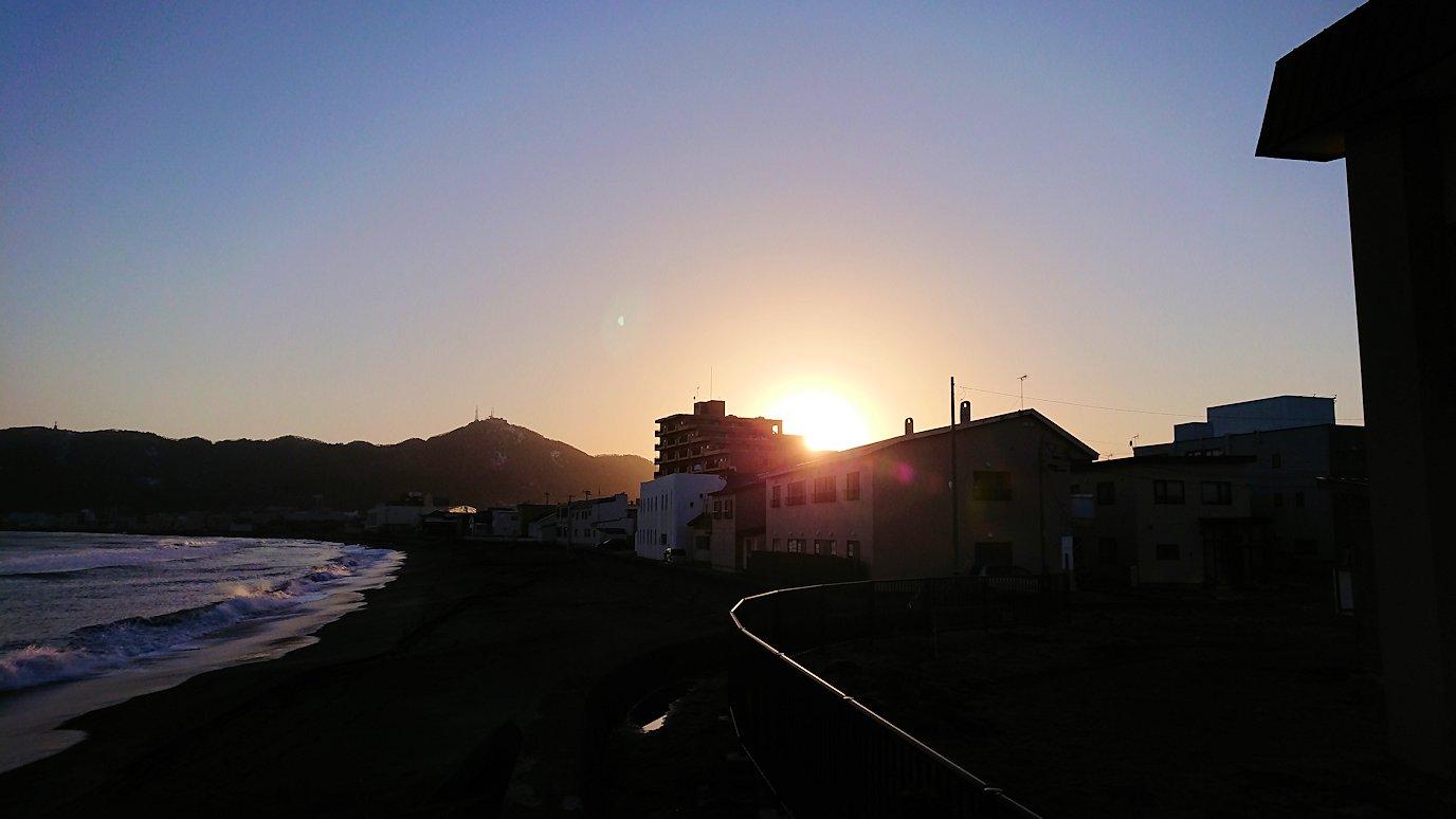 函館市内で五稜郭の見学を終えてホテル周辺で海を眺める