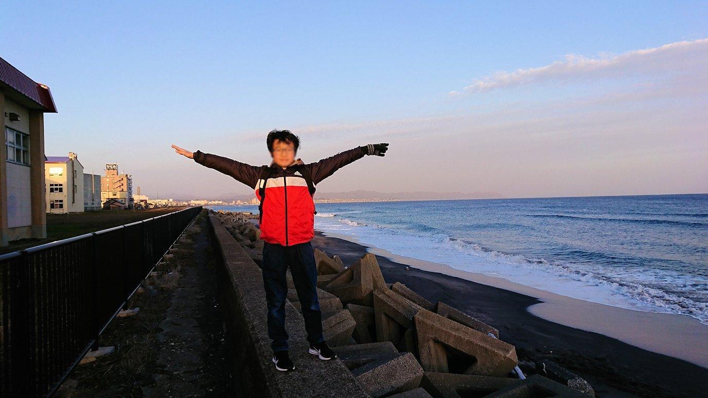 函館市内で五稜郭の見学を終えてホテル周辺で海を眺める2