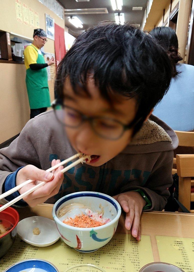 函館最終日、まずは朝市会場で朝食を食べている様子