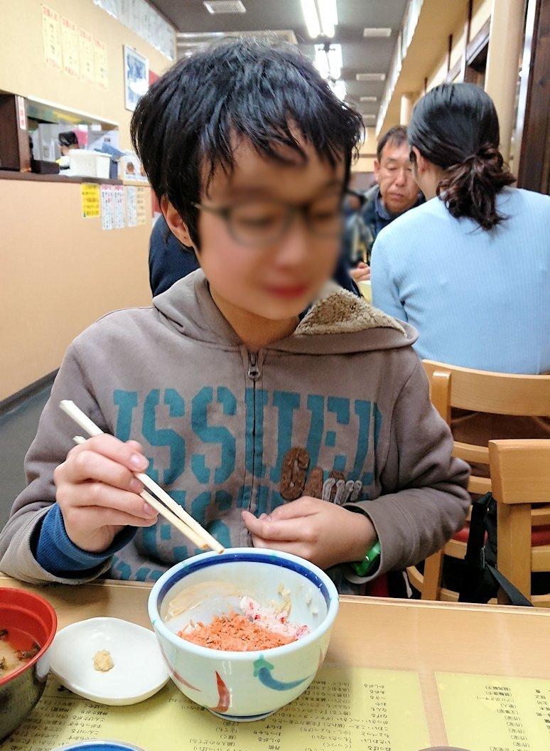 函館最終日、まずは朝市会場で朝食を食べている様子2