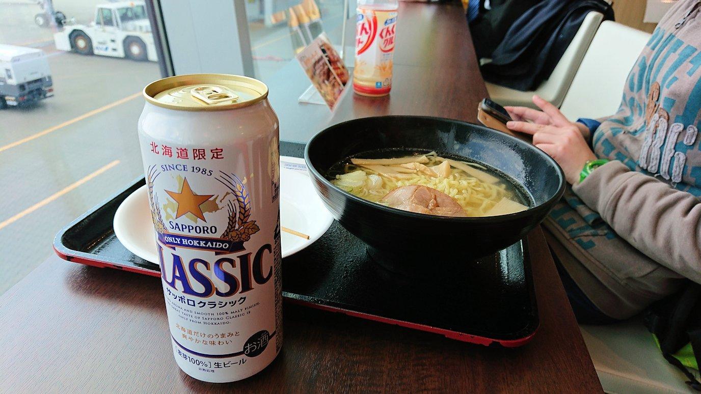 函館空港の国内線ターミナルにて美味しいラーメンを食べる4
