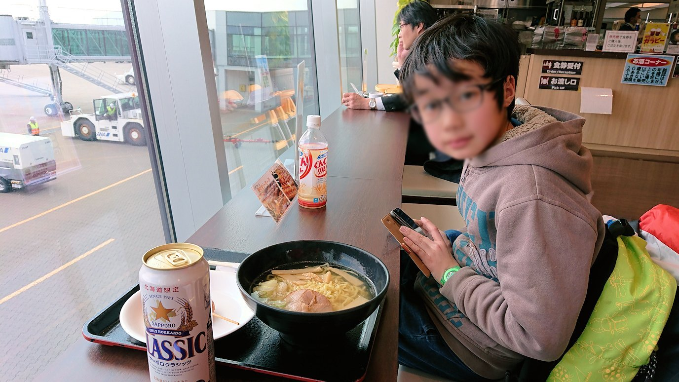 函館空港の国内線ターミナルにて美味しいラーメンを食べる5