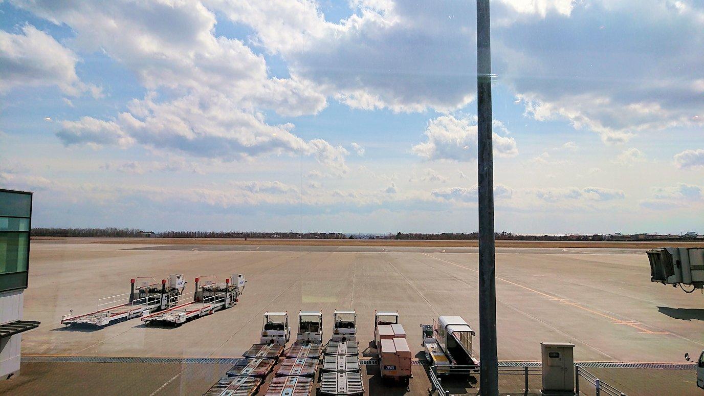 函館空港の国内線ターミナルにて飛行機を眺める2