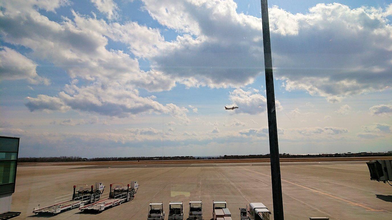 函館空港の国内線ターミナルにて飛行機を眺める4