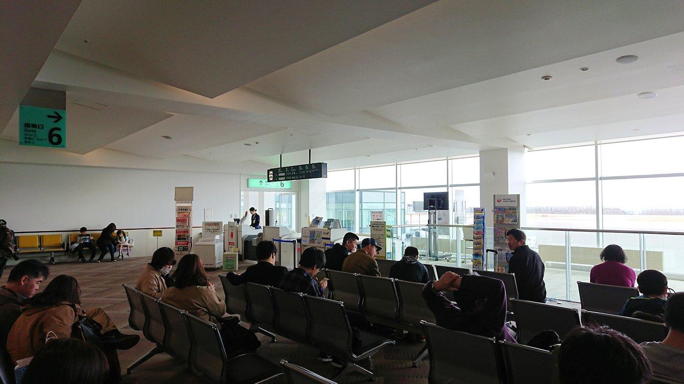 函館空港の国内線ターミナルにて飛行機を眺める5