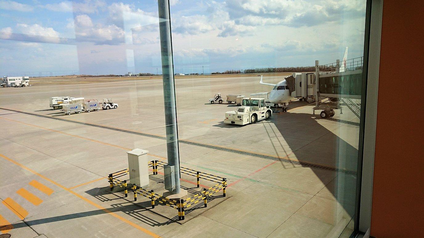 函館空港の国内線ターミナルにて飛行機を眺める6
