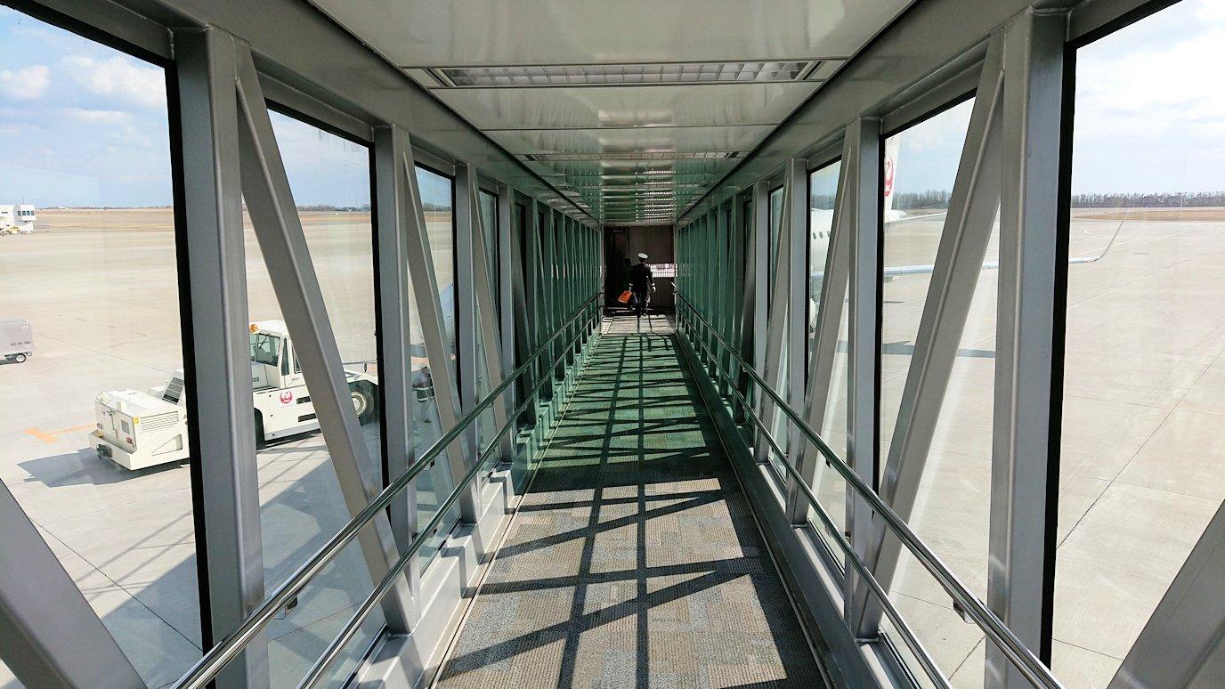 函館空港の国内線ターミナルにて飛行機を眺める8