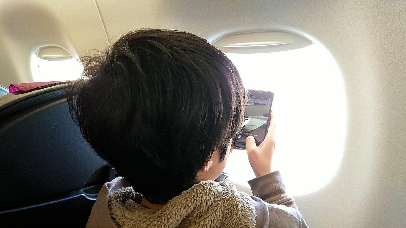 函館空港の国内線ターミナルにて飛行機を眺める9