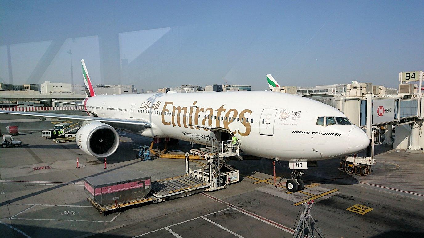 関西国際空港をチュニジアに向けてドバイに到着し乗継する4