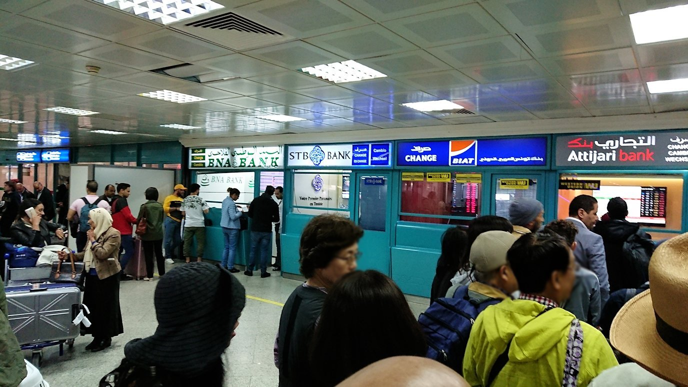 無事チュニス国際空港に到着し荷物を確認し両替する