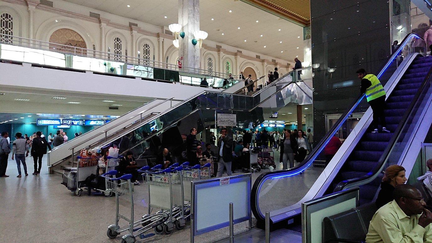 無事チュニス国際空港に到着し荷物を確認し両替する4