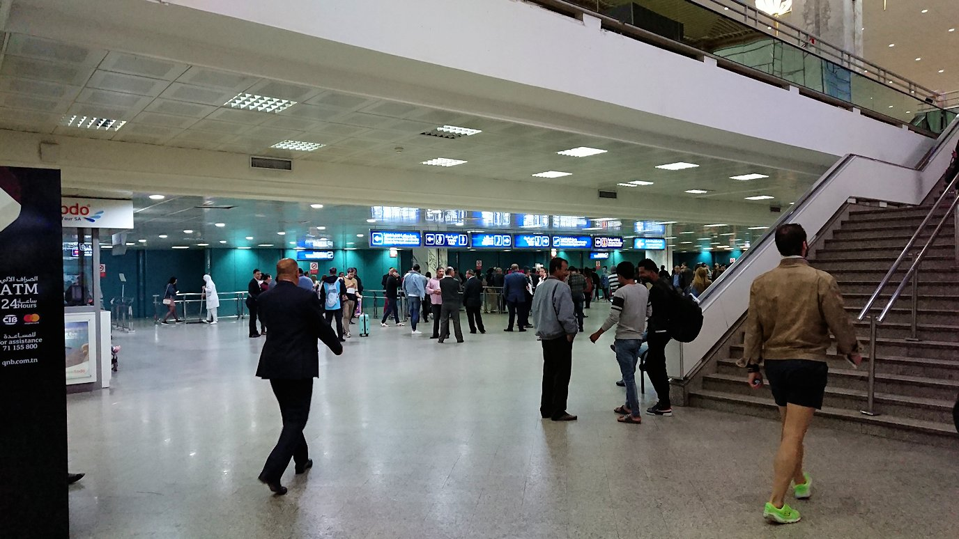 無事チュニス国際空港に到着し荷物を確認し両替する5