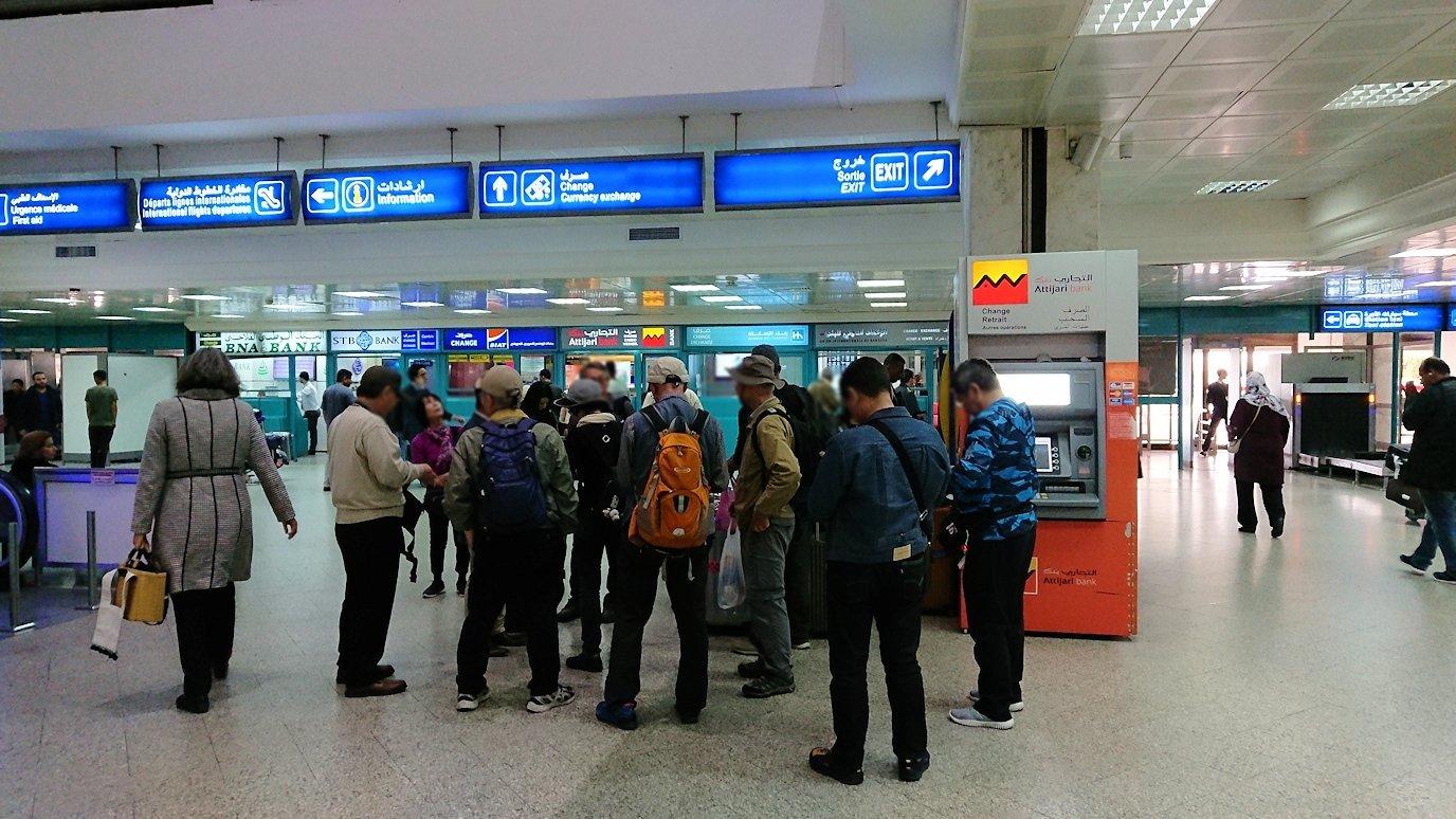 無事チュニス国際空港に到着し荷物を確認し両替する7