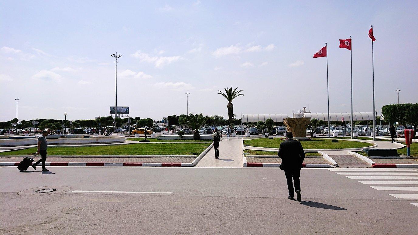 チュニス国際空港を出てバルドー美術館に向かいます