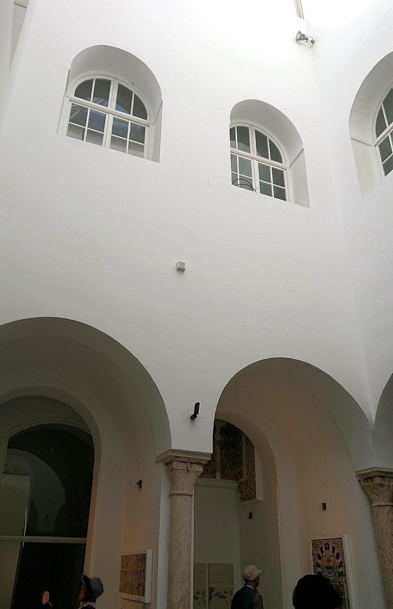 チュニスのバルドー博物館でモザイクを見学する様子2