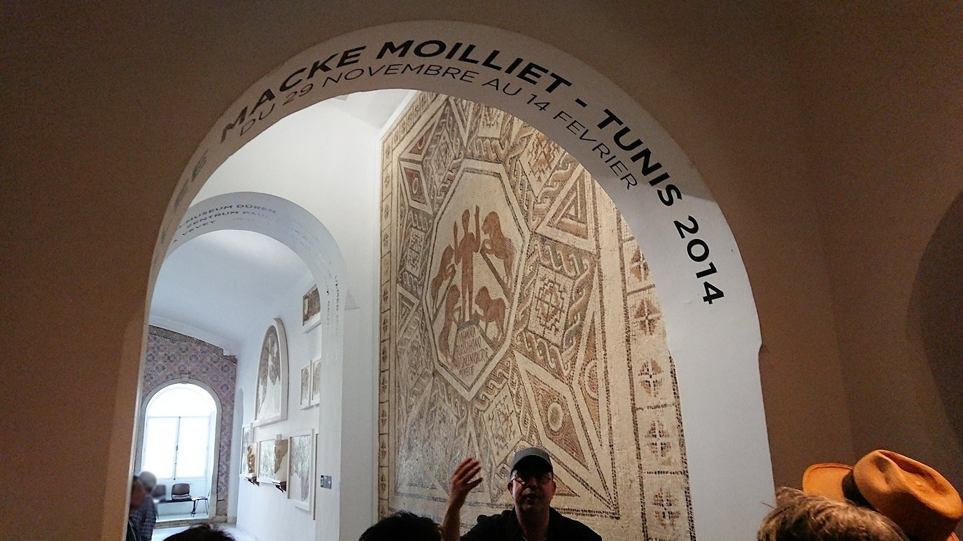 チュニスのバルドー博物館でモザイクを見学する様子4