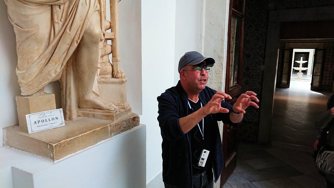 チュニスのバルドー博物館でキレイな内装に見とれる2