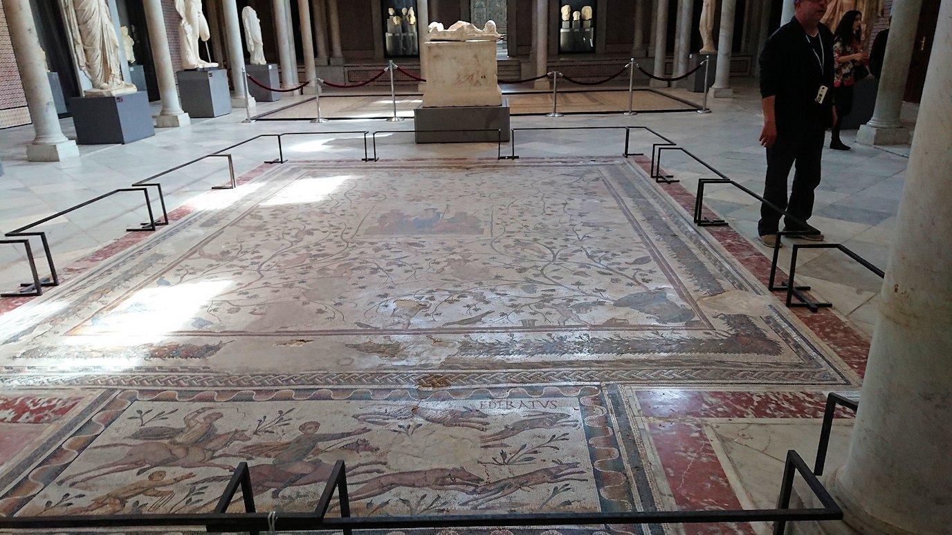 チュニスのバルドー博物館でキレイな内装に見とれる3