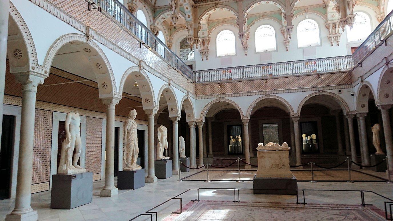 チュニスのバルドー博物館でキレイな内装に見とれる4
