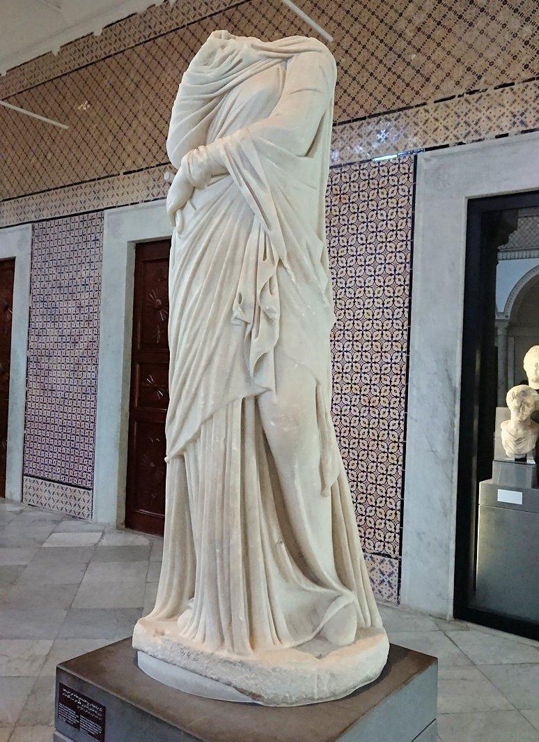 チュニスのバルドー博物館で展示されている像を見る3
