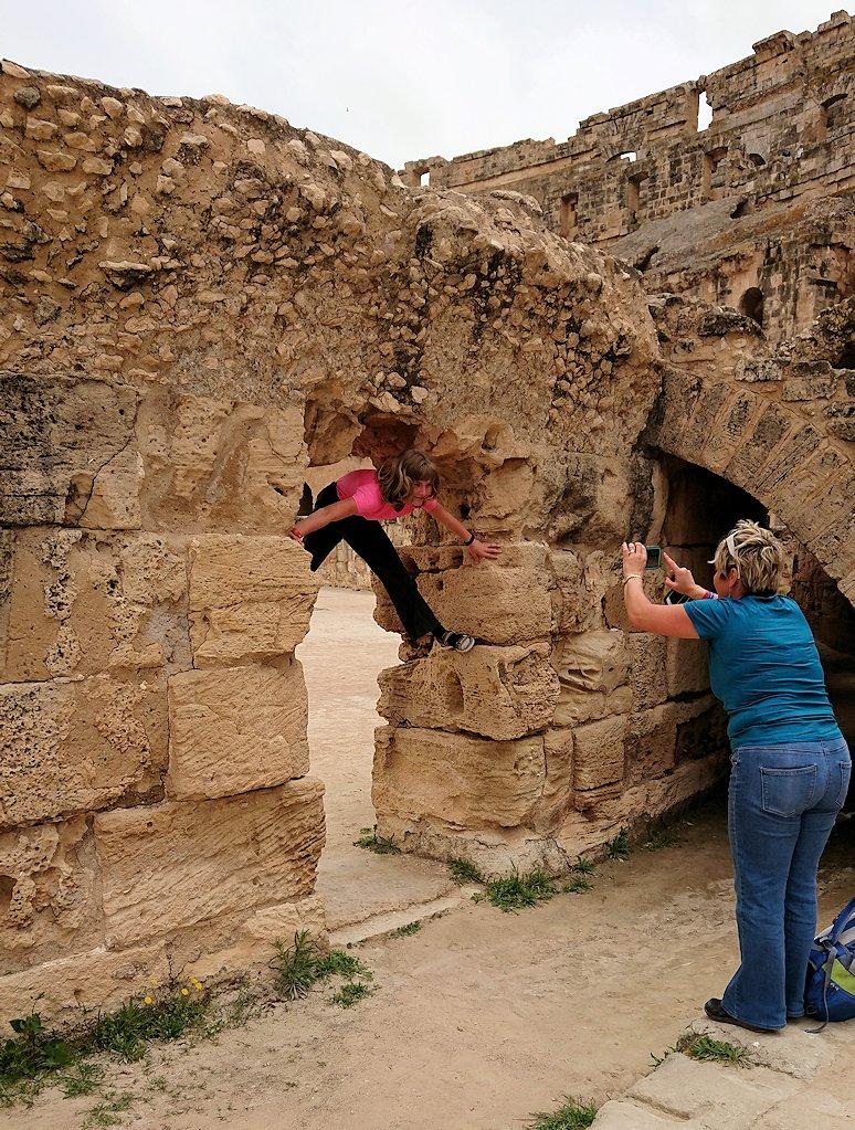 エルジェムの円形闘技場でアリーナで遊ぶ子供達と5
