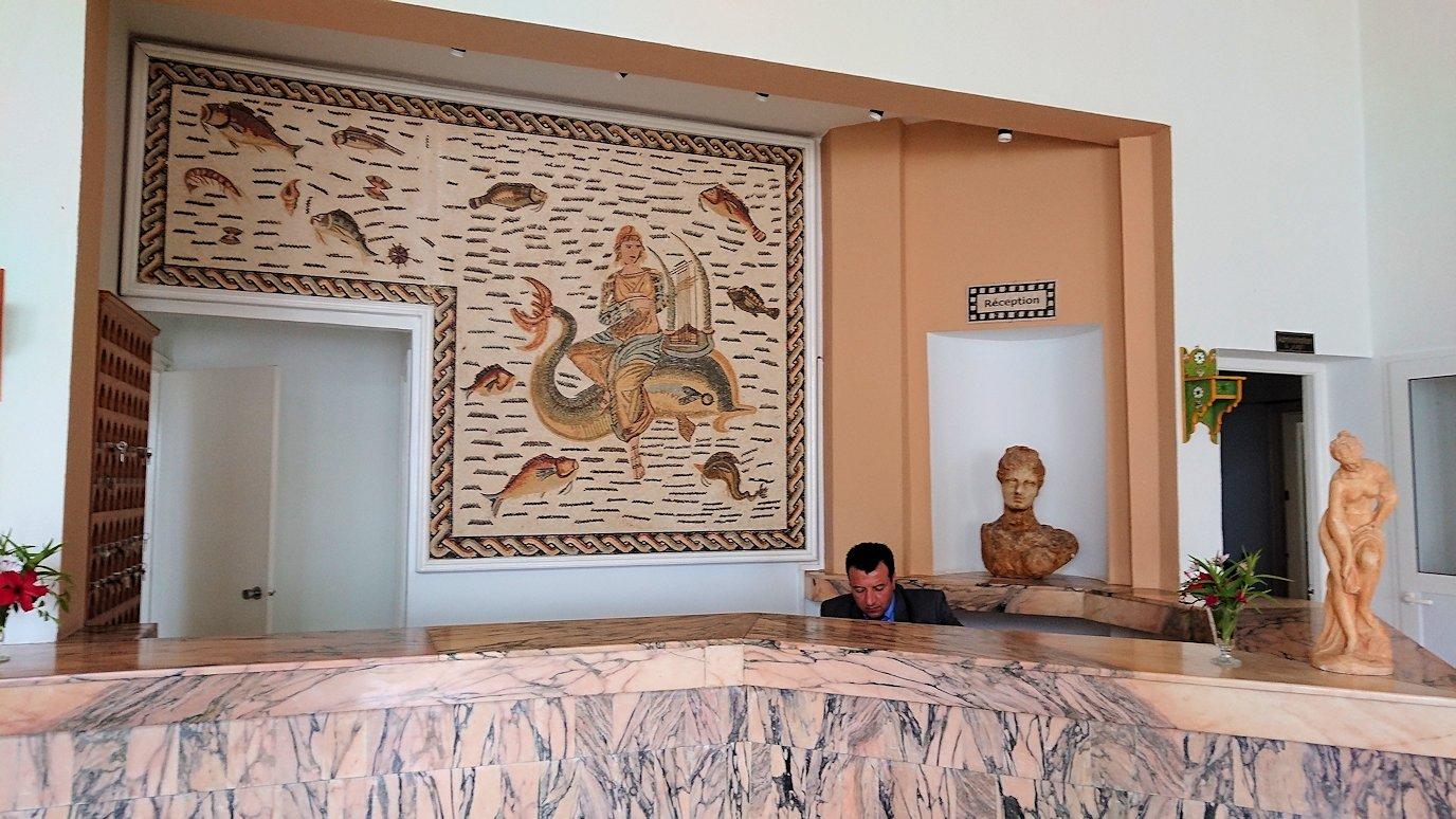 チュニジア・エルジェムにあるHotel club ksar Eljemびレストランに入る3