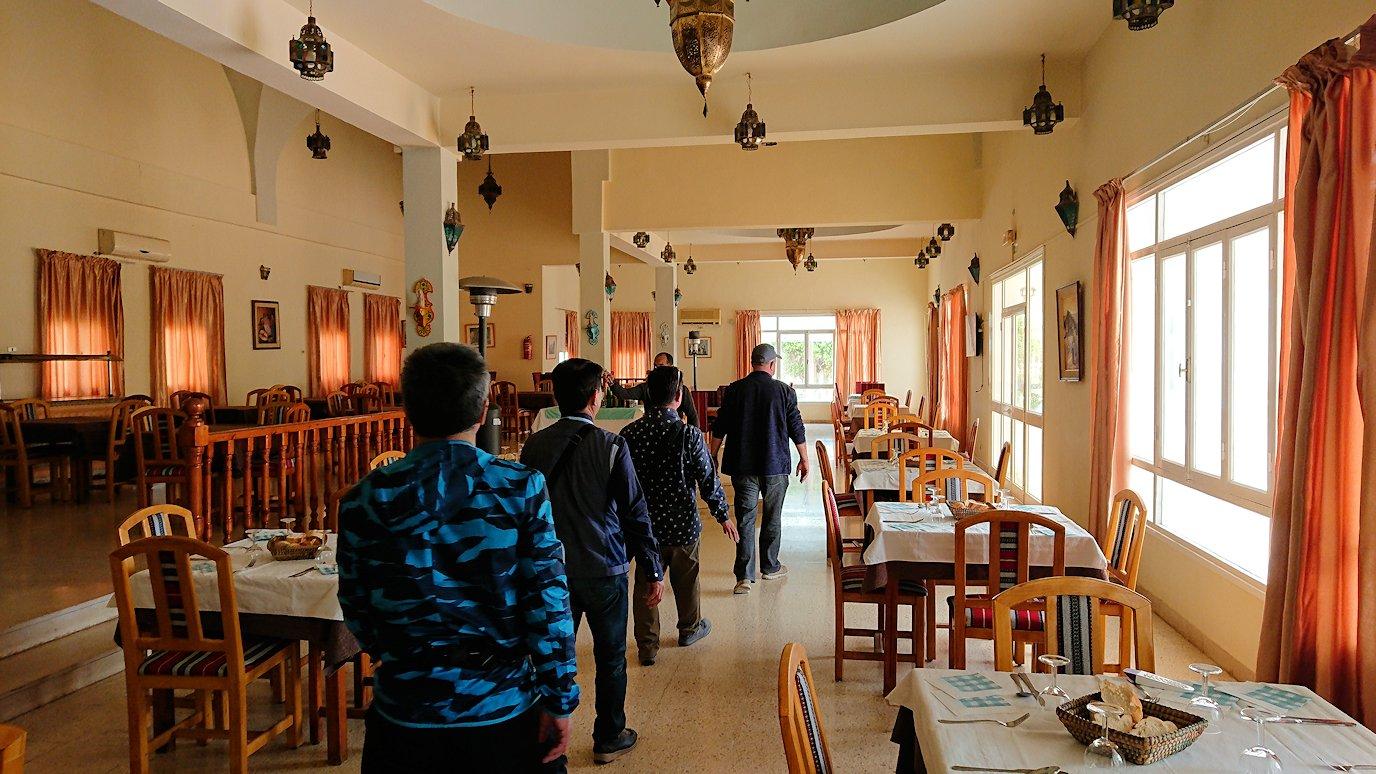 チュニジア・エルジェムにあるHotel club ksar Eljemびレストランに入る4