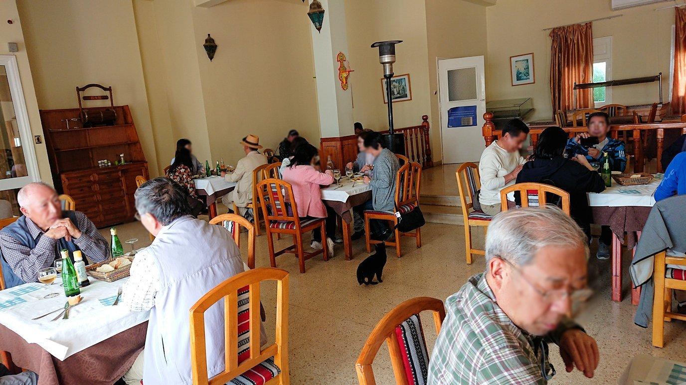 チュニジア・エルジェムにあるHotel club ksar Eljemびレストランに入り昼食を食べます5