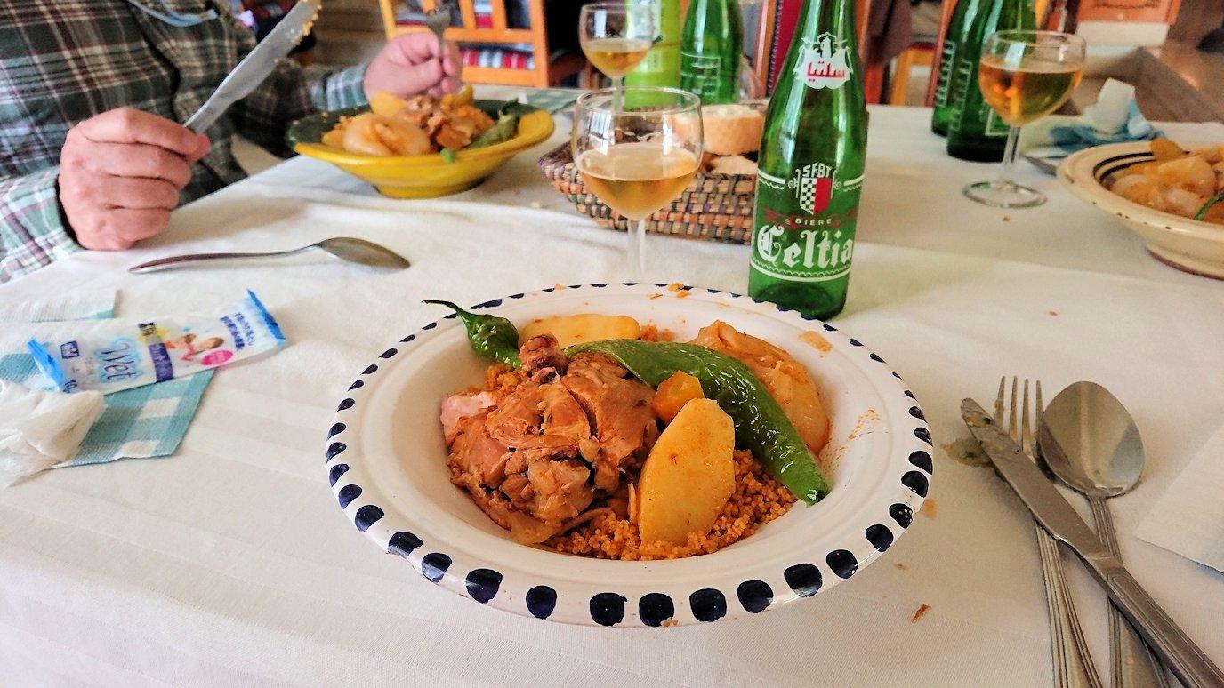チュニジア・エルジェムにあるHotel club ksar Eljemびレストランに入り昼食を食べます8