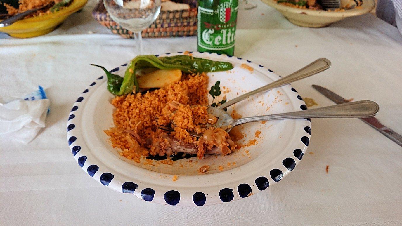 チュニジア・エルジェムにあるHotel club ksar Eljemびレストランに入り昼食を満喫2