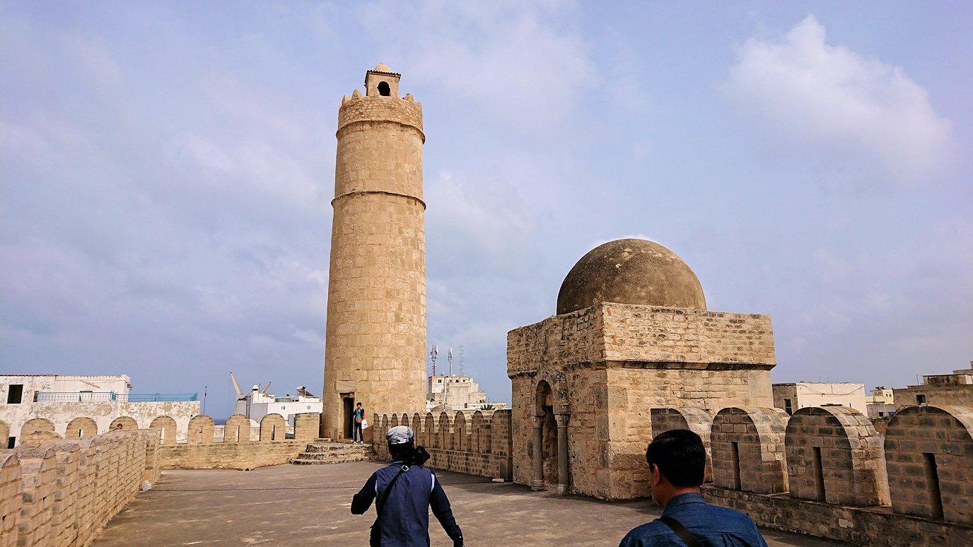 チュニジアのスースの街の旧市街で自由時間にラバトに入場