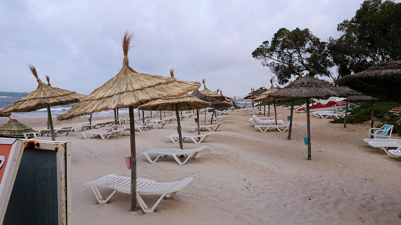 チュニジアのスースの街にある「マルハバ ロイヤル サレム」ホテル内の砂浜にて