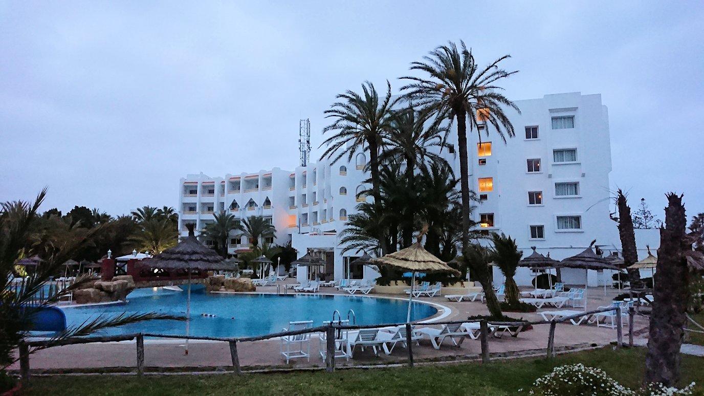 チュニジアのスースの街にある「マルハバ ロイヤル サレム」ホテルで朝日を迎える4