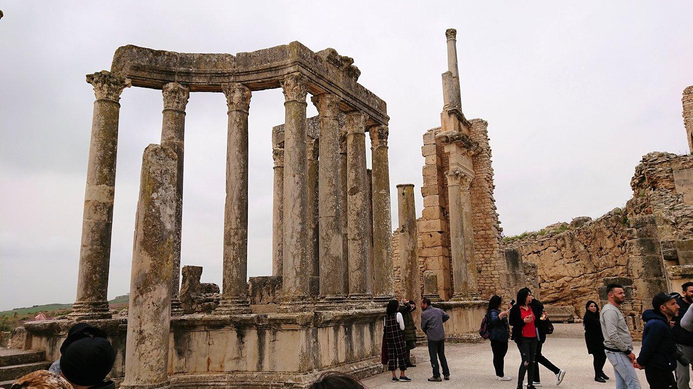 チュニジアのドゥッガ遺跡の劇場跡にて