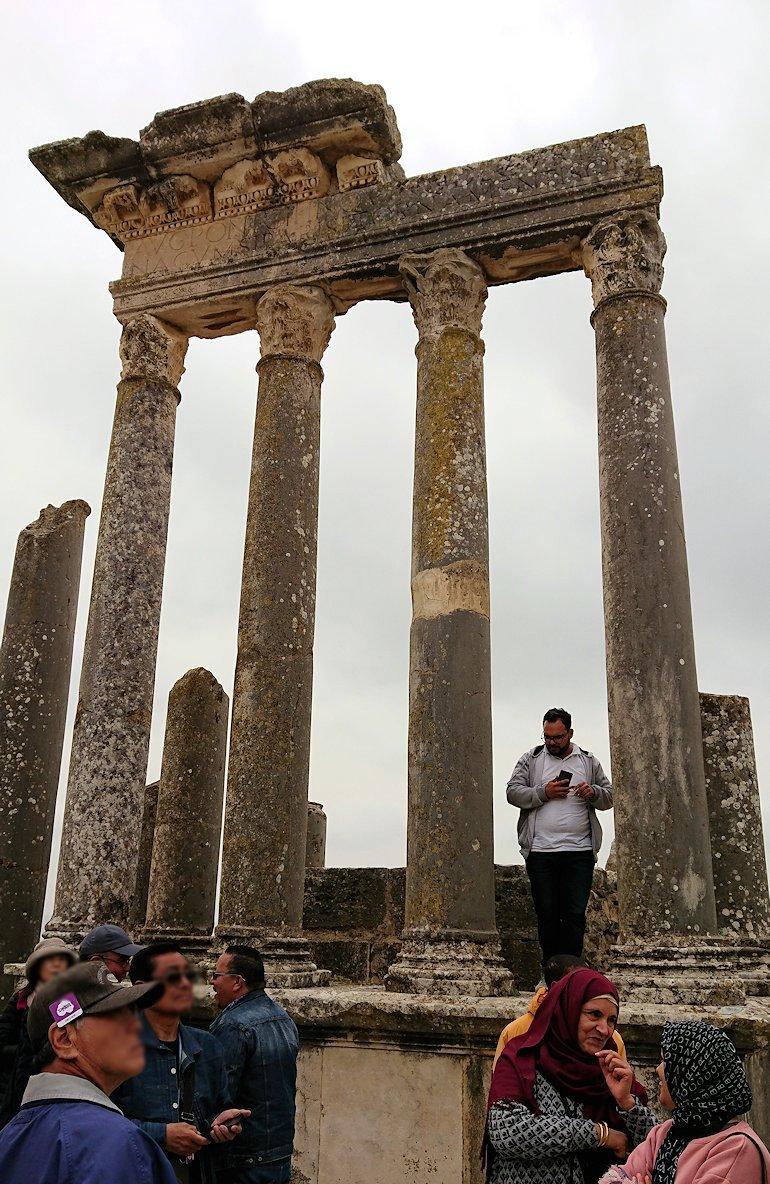 チュニジアのドゥッガ遺跡の劇場跡にて1