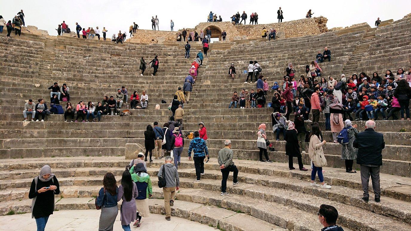 チュニジアのドゥッガ遺跡の劇場跡にて8