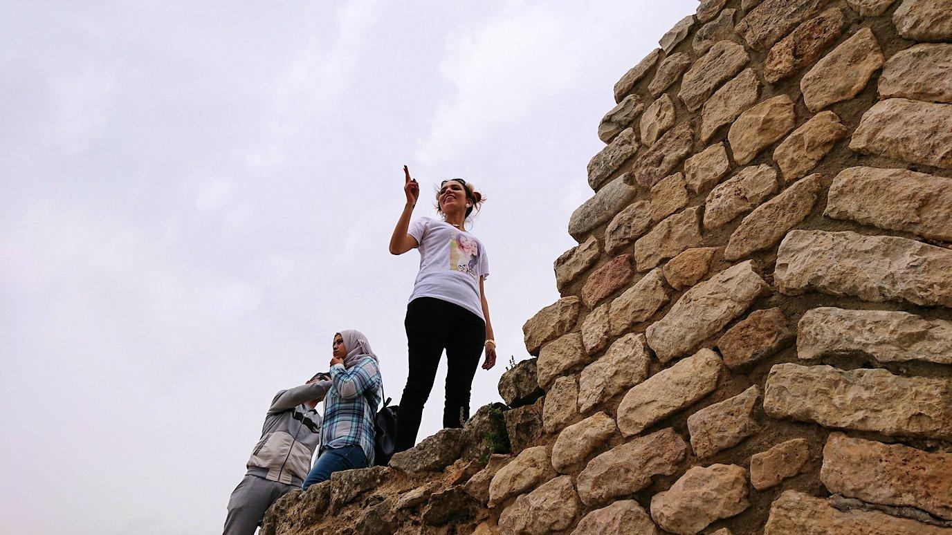チュニジアのドゥッガ遺跡の劇場跡にて上に登ります2