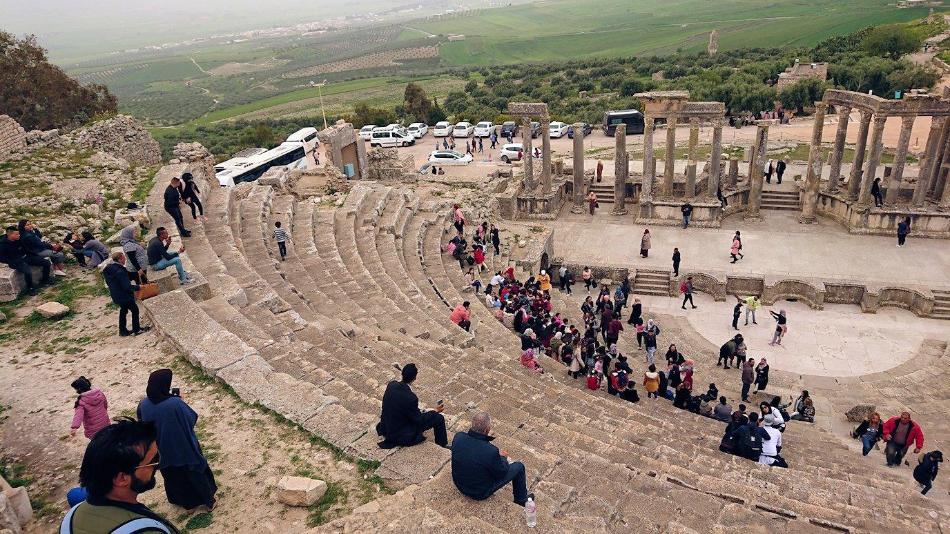 チュニジアのドゥッガ遺跡の劇場跡にて上に登ります4